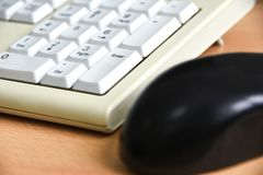 Κινηματογράφηση σε πρώτο πλάνο ενός παλαιού πληκτρολογίου με ένα συνδεμένο με καλώδιο ποντίκι στοκ φωτογραφίες