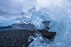 Κινηματογράφηση σε πρώτο πλάνο ενός προσαραγμένου παγόβουνου με μορφή ενός παγωμένου duri κυμάτων Στοκ Εικόνες