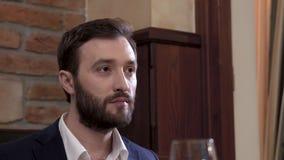 Κινηματογράφηση σε πρώτο πλάνο ενός προσώπου φιλοξενουμένων εστιατορίων του γενειοφόρου ατόμου που τρώει το πιάτο και που σκουπίζ απόθεμα βίντεο