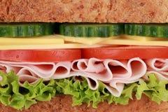Κινηματογράφηση σε πρώτο πλάνο ενός σάντουιτς με το ζαμπόν στοκ φωτογραφίες