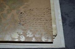 Κινηματογράφηση σε πρώτο πλάνο ενός σημειωματάριου με τη χωρίς νόημα μίμηση του χειρόγραφου σχεδίου Στοκ Εικόνες