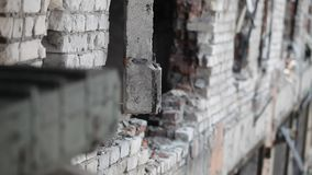 Κινηματογράφηση σε πρώτο πλάνο ενός συμπαγούς τοίχου που καταστρέφεται κατά τη διάρκεια της πάλης απόθεμα βίντεο