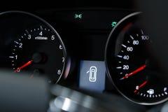 Κινηματογράφηση σε πρώτο πλάνο ενός σύγχρονου ταμπλό σε ένα ακριβό αυτοκίνητο στοκ φωτογραφίες