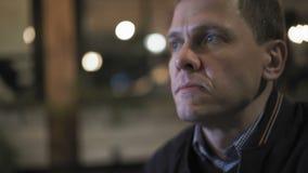 Κινηματογράφηση σε πρώτο πλάνο ενός τεμαχίζοντας γεύματος ατόμων σε έναν καφέ νύχτας απόθεμα βίντεο