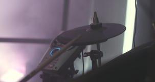 Κινηματογράφηση σε πρώτο πλάνο ενός τυμπανιστή κατά τη διάρκεια μιας απόδοσης συναυλίας Απόθεμα Όργανο κρούσης Ανώνυμος τυμπανιστ απόθεμα βίντεο