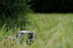 Κινηματογράφηση σε πρώτο πλάνο ενός υπερεμφανιζόμενου ψεκαστήρα σε έναν πράσινο χορτοτάπητα στοκ φωτογραφία με δικαίωμα ελεύθερης χρήσης