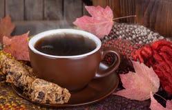Κινηματογράφηση σε πρώτο πλάνο ενός φλυτζανιού του βρασίματος στον ατμό των μπισκότων καφέ και σταφίδων στοκ φωτογραφία
