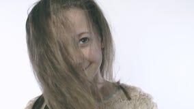 Κινηματογράφηση σε πρώτο πλάνο ενός χαριτωμένου κοριτσιού με την ανάπτυξη της τρίχας στο πρόσωπό της όμορφο κορίτσι φωτογραφι απόθεμα βίντεο
