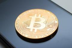 Κινηματογράφηση σε πρώτο πλάνο ενός χρυσού νομίσματος bitcoin Στοκ Φωτογραφία