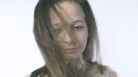 Κινηματογράφηση σε πρώτο πλάνο ενός όμορφου έφηβη με την ανάπτυξη της τρίχας στο πρόσωπό της Χαριτωμένο κορίτσι εφήβων που εξετάζ απόθεμα βίντεο