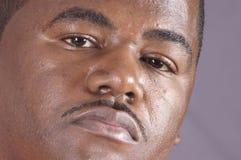 Κινηματογράφηση σε πρώτο πλάνο ενός όμορφου ατόμου αφροαμερικάνων Στοκ Φωτογραφία