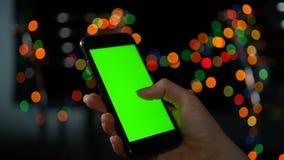 Κινηματογράφηση σε πρώτο πλάνο ενός smartphone με μια πράσινη οθόνη Να τυλίξει την οθόνη απόθεμα βίντεο
