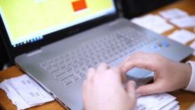 Κινηματογράφηση σε πρώτο πλάνο Εργασία χεριών για το πληκτρολόγιο lap-top Στο υπόβαθρο, εργαστείτε στο defocus γραφείων απόθεμα βίντεο