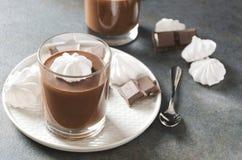 Κινηματογράφηση σε πρώτο πλάνο εύγευστο mousse με τη σοκολάτα που ολοκληρώνεται με τη μαρέγκα στοκ φωτογραφίες με δικαίωμα ελεύθερης χρήσης