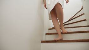 Κινηματογράφηση σε πρώτο πλάνο θηλυκές άνοδοι ποδιών στην κορυφή μιας ξύλινης σκάλας η γυναίκα σε μια εσθήτα επιδέσμου περπατά επ απόθεμα βίντεο