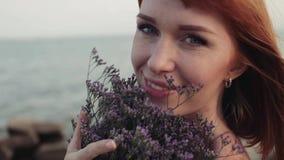 Κινηματογράφηση σε πρώτο πλάνο κίνηση αργή Όμορφο προκλητικό κορίτσι που χαμογελά ήπια έχοντας ένα όμορφο χαμόγελο στην παραλία απόθεμα βίντεο