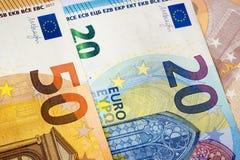 Κινηματογράφηση σε πρώτο πλάνο 20 και 50 ευρο- τραπεζογραμματίων ως υπόβαθρο χρημάτων Στοκ Εικόνες