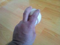 Κινηματογράφηση σε πρώτο πλάνο και μιας άσπρης σκληρής σφαίρας γρύλων στα χέρια Στοκ φωτογραφία με δικαίωμα ελεύθερης χρήσης
