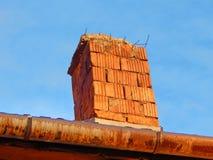 Κινηματογράφηση σε πρώτο πλάνο καπνοδόχων τούβλου με τον όμορφο μπλε ουρανό Στοκ φωτογραφία με δικαίωμα ελεύθερης χρήσης