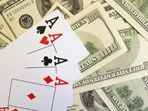 Κινηματογράφηση σε πρώτο πλάνο κινδύνου ευκαιρίας επιτυχίας μετρητών πόκερ παιχνιδιού υποβάθρου δολαρίων παιχνιδιού καρτών Στοκ φωτογραφίες με δικαίωμα ελεύθερης χρήσης