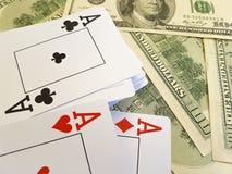 Κινηματογράφηση σε πρώτο πλάνο κινδύνου ευκαιρίας επιτυχίας υποβάθρου δολαρίων παιχνιδιού καρτών Στοκ Εικόνες