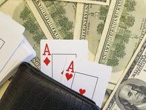 Κινηματογράφηση σε πρώτο πλάνο κινδύνου ευκαιρίας πιθανότητας πορτοφολιών τύχης υποβάθρου δολαρίων παιχνιδιού καρτών Στοκ Φωτογραφία