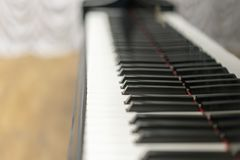 Κινηματογράφηση σε πρώτο πλάνο κλειδιών πιάνων, επιλεγμένη εστίαση Κλείστε επάνω την άποψη των μαύρων κλειδιών πιάνων, επιλεγμένη Στοκ Φωτογραφίες