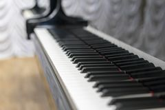 Κινηματογράφηση σε πρώτο πλάνο κλειδιών πιάνων, επιλεγμένη εστίαση Κλείστε επάνω την άποψη των μαύρων κλειδιών πιάνων, επιλεγμένη Στοκ φωτογραφίες με δικαίωμα ελεύθερης χρήσης