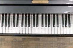 Κινηματογράφηση σε πρώτο πλάνο κλειδιών πιάνων, επιλεγμένη εστίαση Κλείστε επάνω την άποψη των μαύρων κλειδιών πιάνων, επιλεγμένη Στοκ Εικόνες