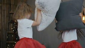 Κινηματογράφηση σε πρώτο πλάνο κορίτσια δύο νεολαίες Η μικρή αδελφή δύο - brunette και ξανθό άλμα στο κρεβάτι και έχει τη διασκέδ φιλμ μικρού μήκους
