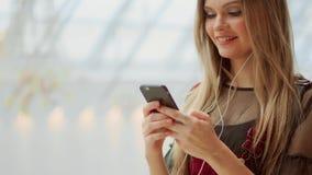 Κινηματογράφηση σε πρώτο πλάνο κοριτσιών με ένα κινητό τηλέφωνο που γράφει ένα μήνυμα κειμένου Προσέξτε την οθόνη ενός smartphone απόθεμα βίντεο
