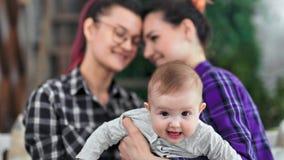 Κινηματογράφηση σε πρώτο πλάνο λίγη χαριτωμένη εκμετάλλευση μωρών με το χέρι του ίδιου ζεύγους φύλων που έχει τον καλό χρόνο μαζί φιλμ μικρού μήκους