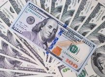 Κινηματογράφηση σε πρώτο πλάνο λογαριασμών εκατό δολαρίων 5000 ρούβλια προτύπων χρημάτων λογαριασμών ανασκόπησης Τοπ όψη Καταθέτο Στοκ εικόνα με δικαίωμα ελεύθερης χρήσης
