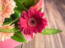 Κινηματογράφηση σε πρώτο πλάνο λουλουδιών χρυσάνθεμων οφθαλμών στο παλαιό ξύλινο υπόβαθρο Διακόσμηση λουλουδιών φιαγμένη από χρυσ Στοκ Εικόνες