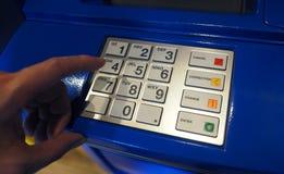 Κινηματογράφηση σε πρώτο πλάνο μηχανών του ATM Στοκ εικόνα με δικαίωμα ελεύθερης χρήσης