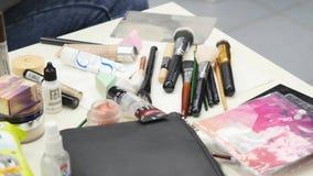 Κινηματογράφηση σε πρώτο πλάνο μιας επαγγελματικής εξάρτησης makeup απόθεμα βίντεο