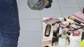 Κινηματογράφηση σε πρώτο πλάνο μιας επαγγελματικής εξάρτησης makeup φιλμ μικρού μήκους