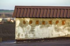 Κινηματογράφηση σε πρώτο πλάνο μιας νέας χτισμένης καπνοδόχου σε μια στέγη σπιτιών κάτω από την κατασκευή Ατελής εργασία κτηρίου, Στοκ Εικόνες