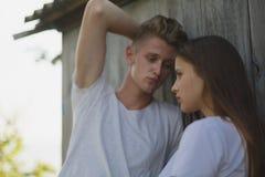Κινηματογράφηση σε πρώτο πλάνο μιας ντροπαλής φίλης και ενός προκλητικού φίλου σε ένα θολωμένο υπόβαθρο Ερωτικοί έφηβοι Εφηβική έ στοκ φωτογραφίες