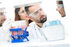 Κινηματογράφηση σε πρώτο πλάνο μιας ομάδας επιστημόνων και φαρμακοποιών στο εργαστήριο Στοκ Εικόνες