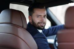 Κινηματογράφηση σε πρώτο πλάνο μιας συνεδρίασης επιχειρηματιών στη ρόδα ενός αυτοκινήτου Στοκ φωτογραφία με δικαίωμα ελεύθερης χρήσης