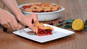 Κινηματογράφηση σε πρώτο πλάνο μιας φέτας της πίτας κερασιών σε ένα πιάτο Γλυκιά σπιτική πίτα κερασιών απόθεμα βίντεο