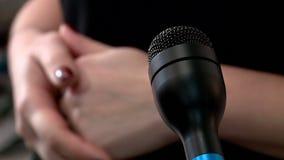 Κινηματογράφηση σε πρώτο πλάνο μικροφώνων κατά τη διάρκεια της συνέντευξης απόθεμα βίντεο