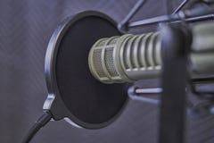 Κινηματογράφηση σε πρώτο πλάνο μικροφώνων Podcast σε έναν θάλαμο καταγραφής στοκ φωτογραφίες