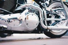 Κινηματογράφηση σε πρώτο πλάνο μοτοσικλετών πολυτέλειας Λεπτομέρεια μερών των όμορφων ισχυρών χρωμίου μοτοσικλετών Η έννοια της ε Στοκ Εικόνα