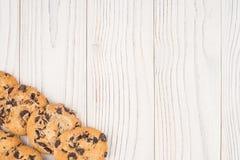 Κινηματογράφηση σε πρώτο πλάνο μπισκότων σοκολάτας στον άσπρο παλαιό ξύλινο πίνακα Στοκ Φωτογραφία