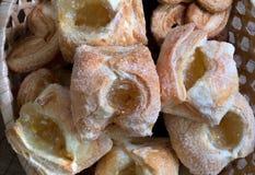 Κινηματογράφηση σε πρώτο πλάνο μπισκότων Σπιτικές ζύμες με τη μαρμελάδα στοκ φωτογραφίες