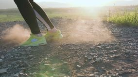 Κινηματογράφηση σε πρώτο πλάνο Νέος μπόξερ γυναικών που κάνει τις ασκήσεις των ποδιών Η κατάρτιση αντοχής για έναν μπόξερ, εσείς  απόθεμα βίντεο