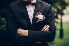 Κινηματογράφηση σε πρώτο πλάνο νεόνυμφων ή groomsmen, δεσμός τόξων και μπουτονιέρα στο κοστούμι, con στοκ φωτογραφία με δικαίωμα ελεύθερης χρήσης