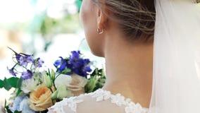 Κινηματογράφηση σε πρώτο πλάνο οπισθοσκόπος μιας όμορφης νέας νύφης γυναικών απόθεμα βίντεο